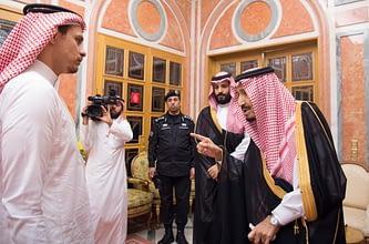 Photo of الملك سلمان وولي عهده يستقبلان أبناء الراحل خاشقجي