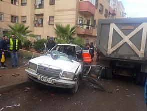 Photo of سيارة أجرة تنحرف عن مسارها لتصطدم بشاحنة في حادثة سير مميتة