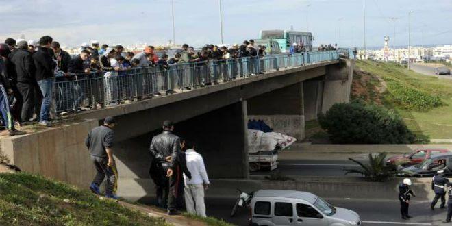 Photo of مقتل سيدة بعد سقوط جزء من قنطرة على سيارتها في طريق مديونة بالبيضاء